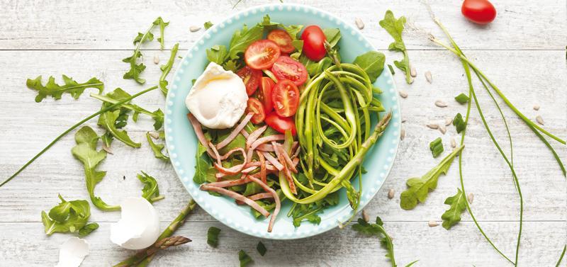 Salată de sparanghel  cu ou fiert